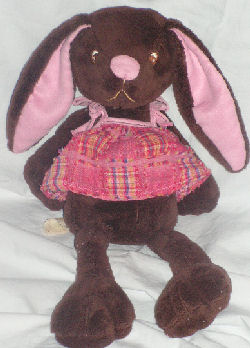 , FOUND – 2008 Cracker Barrel DanDee? CHOCOLATE SCENT BROWN RABBIT Wearing PINK PATCHWORK OVERALLS DRESS